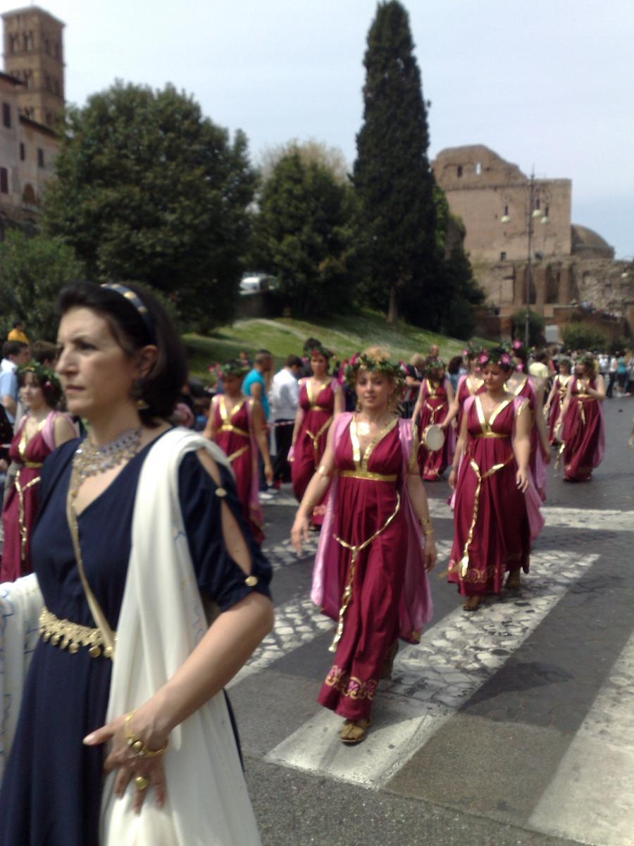 Vestalinnen und Patrizierinnen in Rom_Prozession